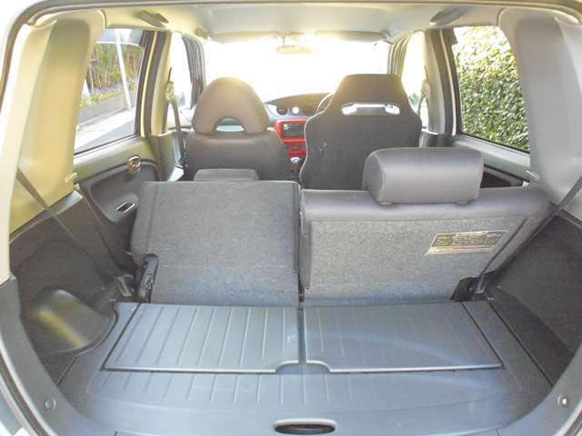 後部座席の片側を前方に倒して荷物を載せることも、