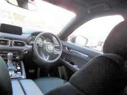 運転席から3rdシートまで空間に余裕があるSUVです。