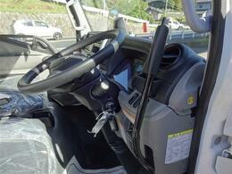 運転席ドアオープン。ダンプレバーを手前に引くと荷台がズンズン上に、レバーを押すと荷台が下がります。