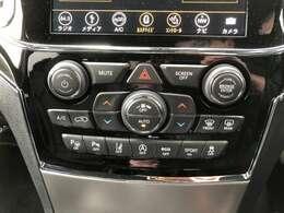 左右独立式フルオートエアコン。タッチパネルディスプレイからも操作が可能です。