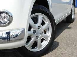 やはり、お車の決め手は、足元も重要な要素ですよねっ^^。もちろん純正14インチアルミです。鉄ホイルと違い、軽量でありますが、安定性もあり、見た目もおしゃれですねっ^^^^。