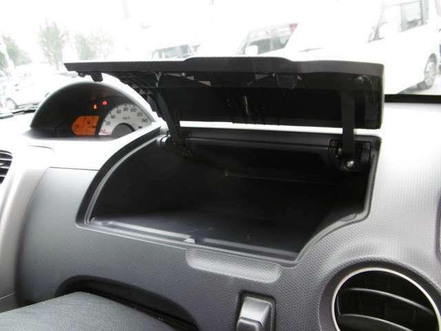 運転席前にも収納を装備しております!