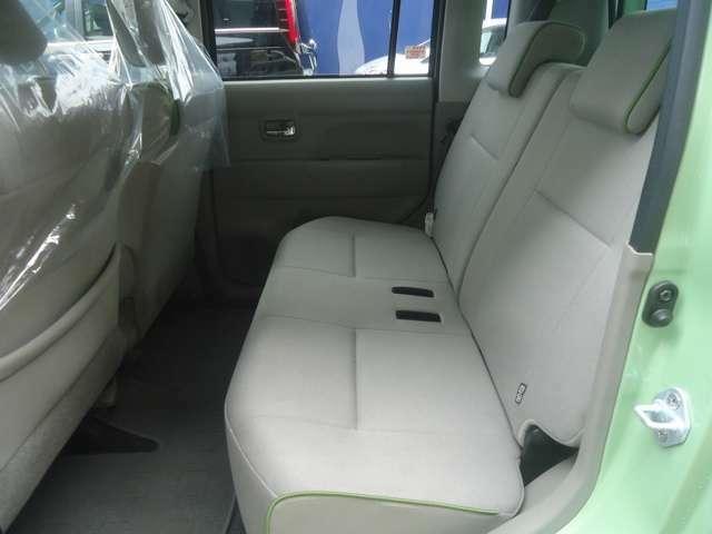 ゆったり座れるセカンドシートが良いですよ。内装色も落ち着いた色ですのでグッドです