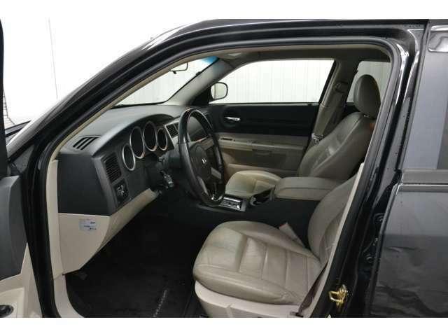 ベージュを基調とした車内。シートの質感も高く、居住性も◎!!