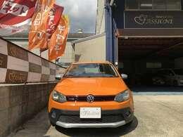 個性的な色使いが特徴的な綺麗なマグマオレンジのクロスポロです