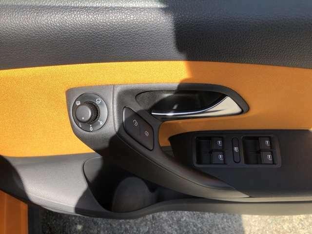 ドアトリムに電動格納式リモコンドアミラースイッチ、ヒーター付きで視界もスッキリ