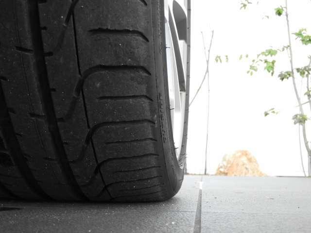 【右フロント タイヤ】気になる傷などがございましたら、商談の際にお気軽にご相談下さい。