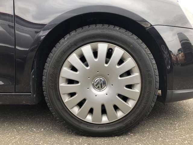 タイヤはスタッドレスタイヤを履いており、タイヤ山はおおよそ各7分山、タイヤサイズは205/55R16となります。 スペアタイヤは車内に積み込んでおります。外車は必ず試乗して現車確認してからご検討下さい