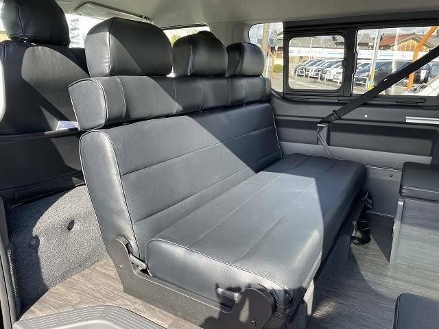 セカンドシートは進行方向だけでなく、写真のように対面シートにもでき、フルフラットにもできます!