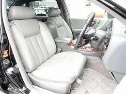 運転席・助手席・リアシートは全てが電動にて調整可能なパワーシートにシートヒーター完備。リアシートはマッサージ機能も完備しております。人気の本革シートは切れや擦れなども無く大変綺麗な状態となります。