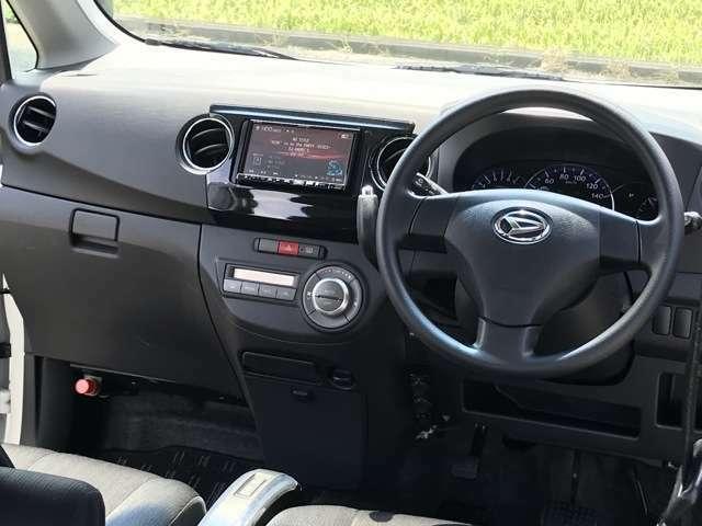 運転席周り、インパネ。使いやすいデザインです(^^)ナビ付だから自信満々にどこでもス~イスイ!!快適ドライブ♪