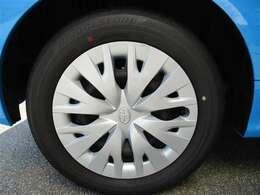 タイヤサイズ185/60R15、タイヤ残り溝約5mmのスチールホイール&ホイールキャップ付きです。