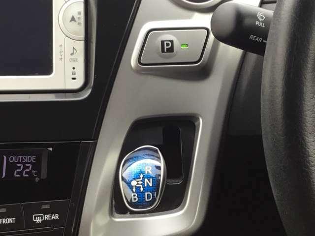 シフトの切替は青色ノブで行い、パーキングは写真上部のPボタンを押すとパーキングになります。