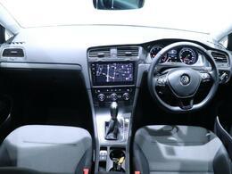 ドライバーを包み込むように傾斜したパネルにも、手を伸ばした先に自然と配置される操作系統にもこだわり、ドライビング中でも心地良い空間を作り上げております。一度お掛けになられてみてはいかがでしょうか。