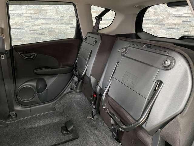 後部座席を上げる事で背の高い荷物も積む事ができます!
