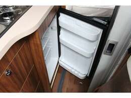 冷蔵庫は大きめの85Lサイズを採用しています。キッチンスペース内にスッキリと組み込まれています。