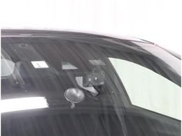 ミニ波レーダーと単眼カメラの2種類のセンサーで前方を監視。