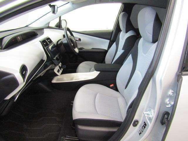 ホワイトカラーでオシャレな内装色です。フロントシートは柔らかくホールド感のあるモケットシートです。ドリンクホルダーや小物入れなども使い勝手の良い位置に配置されています。