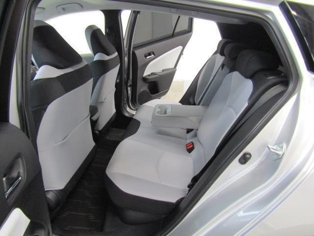 リアシートはドリンクホルダー付きのセンターアームレストも装備で、ゲストもリラックスできる快適空間でのドライブはいかがでしょうか。