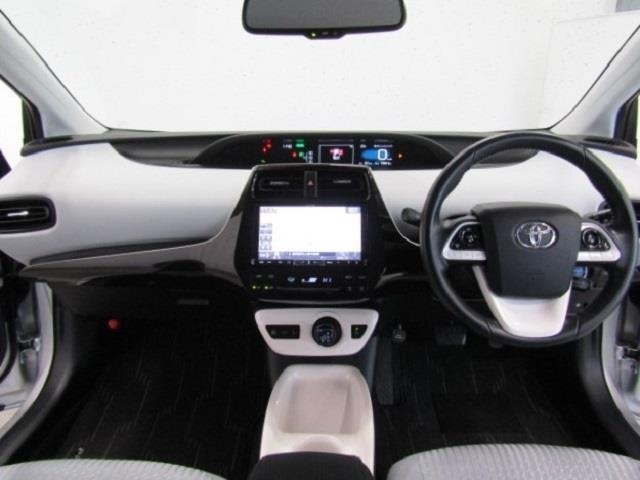 センターメータはフードが低く運転席からの視界も良好です。、使いやすい配置、機能、デザインになっております。