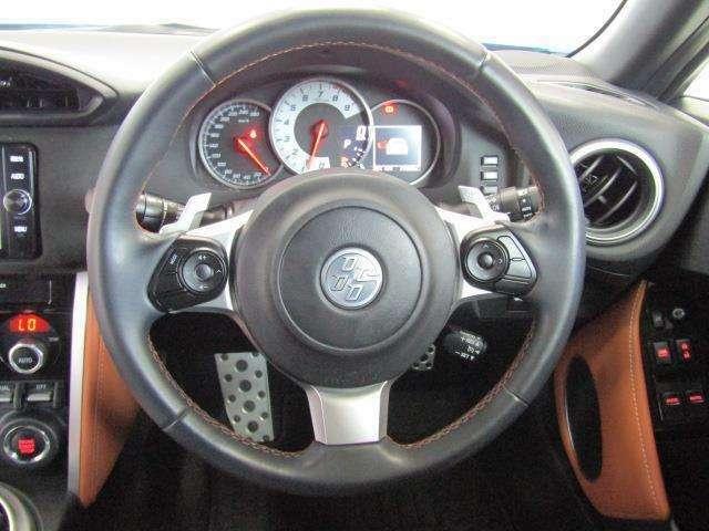 ステアリングスイッチ付きで、オーディオやマルチインフォメーションディスプレィ、クルーズコントロールの操作ができます。安全運転にも寄与した便利な装備です。