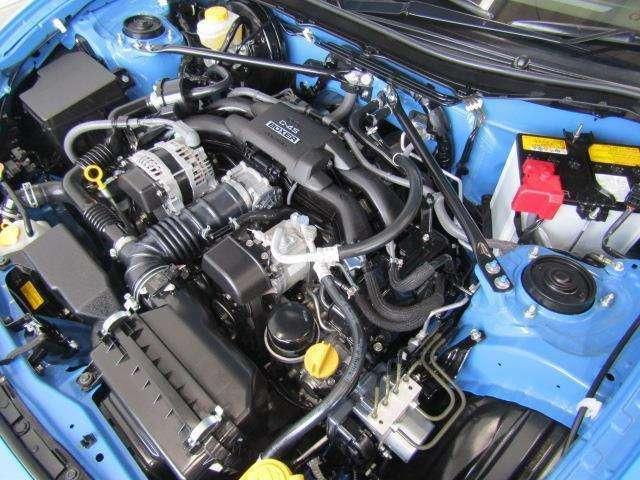 2,000ccの水平対向エンジンです。エンジンルームはボンネット裏からヒンジの奥まで油汚れを除去しています。