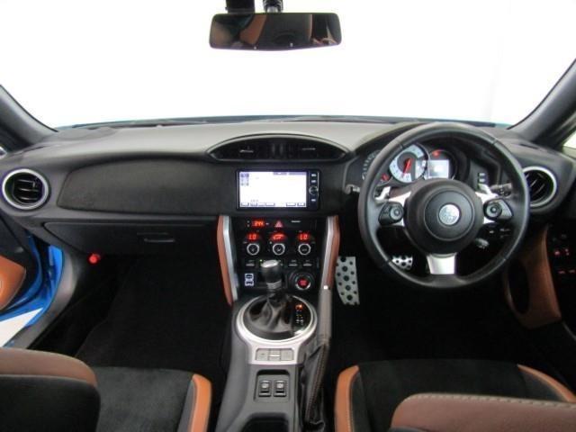 ステアリングには、俊敏な操作に適したトヨタ車最小径365mmの真円タイプを採用。テストドライバーと確認を重ね、最適なグリップ断面形状を決定するなど、操舵性と握り心地を徹底的に追求しています。