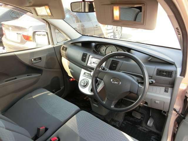 運転席・助手席共にバイザーにライト付きバニティミラーがあります!お化粧直しなどにとても便利!
