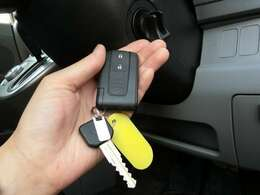 かんたん便利なスマートキー!キーを身に着けていれば車に近づくだけで鍵を開けることができます!キーが車内にあればそのままエンジンをかけることができるのでとても便利!