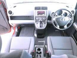 【シート】エレメント特有なシートで運転席からの視点の高さがあり、シートアジャスター付きなので性別問わず運転しやすいお車です。