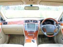【ウッドパネル】こちらのお車には、木目調パネルが装備されており、高級車やハイグレード車両の象徴となり、高級感溢れる車両となっております。