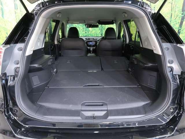 ◆後席を倒すとさらに大容量のラケッジスペースが確保可能です。ゴルフバックなどの大きな荷物も載せられます。