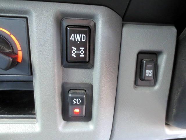 パートタイム4WDですからスイッチで切り替えができます。 リアヒーターとフォグランプのスイッチも判りやすいですね(^o^)/