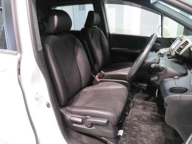 """ゆったり座れる大型で上質なシート""""ゆとりのサイズと十分な厚みで豊かな座り心地を生み、ロングドライブでも疲れにくいシートです。後ろの席のゆとりも考えた背面形状など、機能を踏まえながらスマートなデザイン!"""