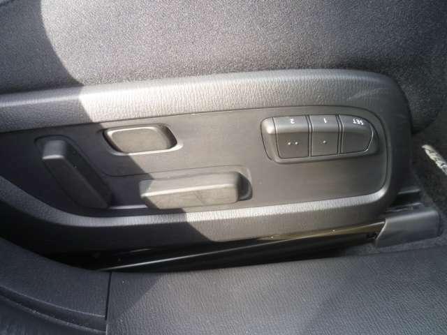 運転席側の電動シートがあり前後上下だけでなく背中側のランバーサポートも調節が出来ます。