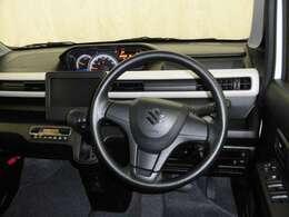 。運転の際、常に目にする部分だけにシックで飽きのこないデザインがGOODですね。