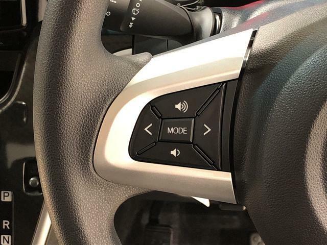 ナビゲーションやオーディオなどの操作がハンドルの手元でできるステアリングスイッチが付いてます!