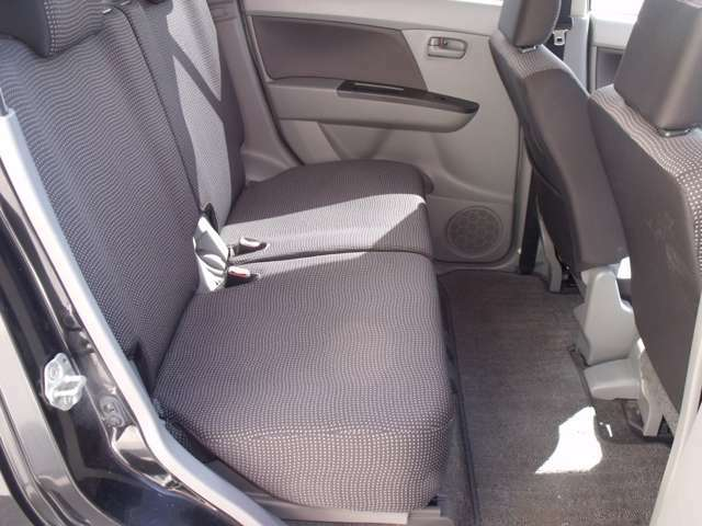 後部座席もじゅうぶんなスペースを確保。ゆったりと座っていただけます。