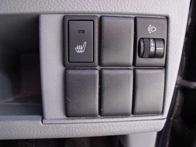 シートヒーターとヘッドライトの高さ調節ダイヤルです。冬にはシートヒーターはとてもうれしい装備ですよね!