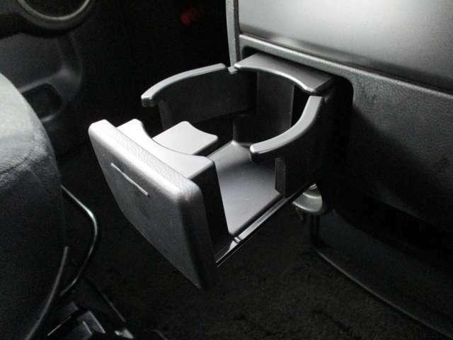 シフトレバー下にはドリンクホルダーが付いています♪使用しない時は押し込んで収納可★