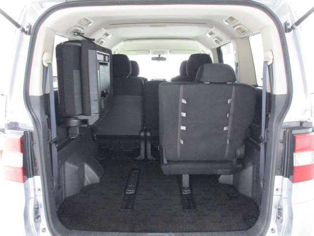 サードシートはスライドもしますし、たくさん荷物を積みたい!というときは跳ね上げることもできます♪