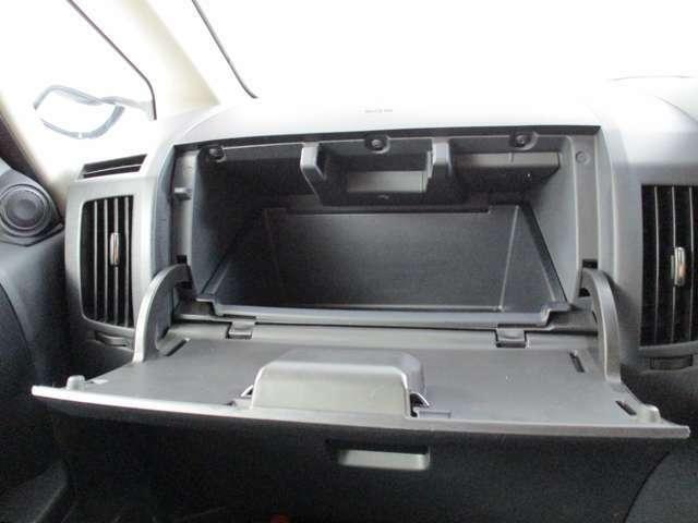 グローブボックス上部にはボックスティッシュが丸ごと入るぐらい大容量のスペースがあります!