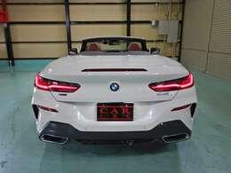 BMWレーザー・ライト(レーザー・モジュール付LEDハイ/ロービーム、LEDフロント・ターン・インジケータ、BMWセレクティブ・ビーム、LEDコーナリング・ライト、ハイビーム・アシスタント。光軸自動調整機構付)