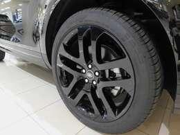 【SE】 標準仕様の21インチ5スプリットスポーク 【スタイル5078】 を装備しています。タイヤサイズは245/45R20です。