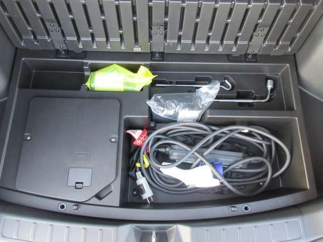 スペアタイヤは最近の車はありませんので応急修理キットになります。普通充電のコードも収納