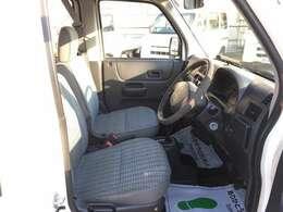 運転席をご覧ください!ルームクリーニング施工済みで大変きれいです!