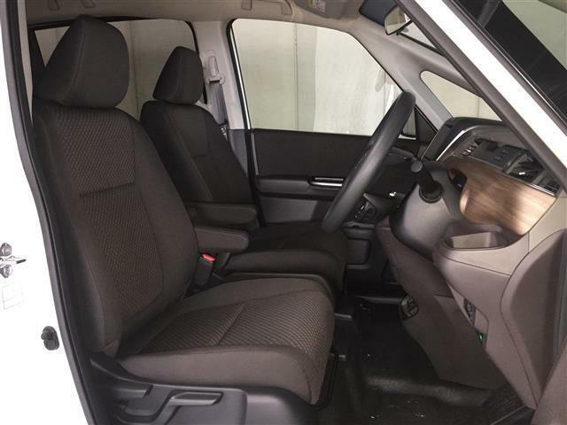 【車内】ミニバンタイプならではの居住性を活かした乗り心地!足元も広々としています☆大人数でのお出かけも会話が弾みますね♪