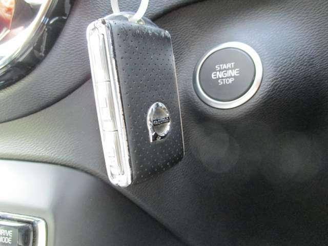 スマートキー&プッシュボタン。鍵を身に付けていればロックの開閉からエンジンの始動まで可能となっております。