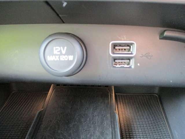 ナビ画面の下の部分にはUSBソケットが2つとシガーソケットが備え付けてあります。