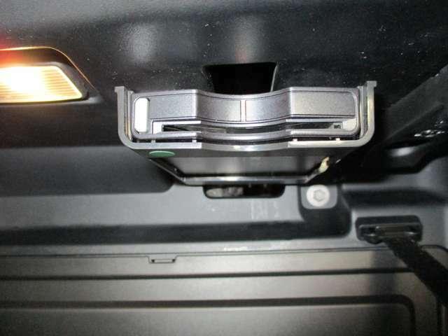 ETC車載器です。高速道路の料金所も楽々通過可能です。エアコンの冷気を導いて中を冷やす保冷機能も付いております。